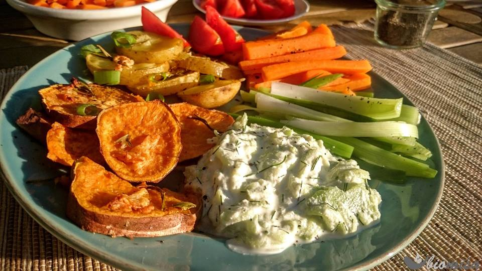 Pečené batáty a brambory s rozmarýnem, saturejkou a česnekem